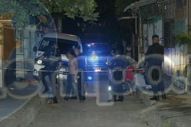 Personal de la Policía Michoacán arribó a la escena del crimen donde de inmediato acordonó el área en espera de personal de la fiscalía quienes se harán cargo de las investigaciones del homicidio