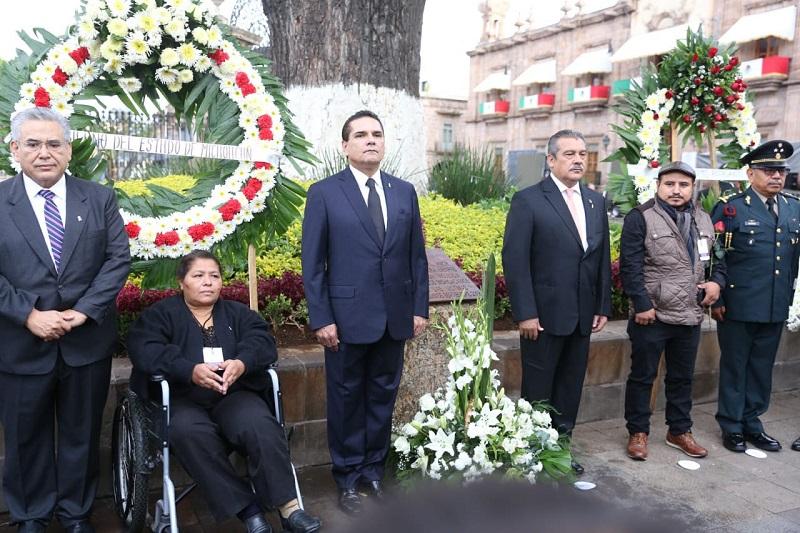 Familiares y víctimas depositaron ofrendas florales sobre el Monolito Monumental en memoria a los caídos en los condenables hechos de 2008