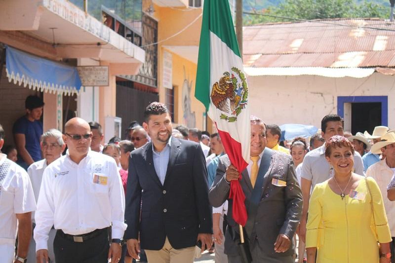 Ocampo Córdova, ante cientos de familias en Carácuaro, dio el Grito de la Independencia la noche de este sábado y este domingo presenció el desfile cívico en el municipio de Jungapeo