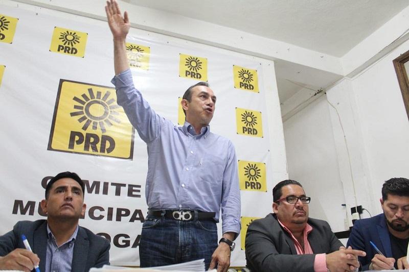 El dirigente estatal en compañía del nuevo presidente del Comité Municipal del PRD en Quiroga, Ricardo Carmelo Tovar, continuó su gira al interior del estado para lograr la cohesión de los Comités Municipales del PRD en Michoacán