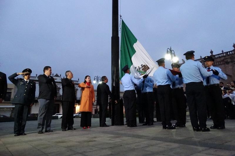 De acuerdo con el protocolo que se realiza cada año en memoria de las víctimas del sismo, la Banda de Guerra de la Coordinación de Protección Civil Estatal entonó el toque de silencio y el Himno Nacional