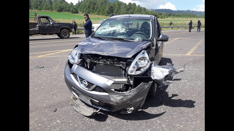 Al llegar a la altura de la Universidad Intercultural Indígena de Michoacán se impactó contra un vehículo Nissan tipo March, de color gris con placas de circulación PGB-816-A de esta entidad