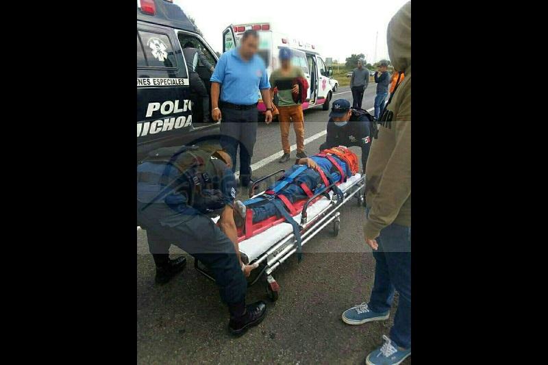 Elementos de la Policía Federal se hicieron cargo del conductor de la camioneta y realizaron el peritaje del accidente