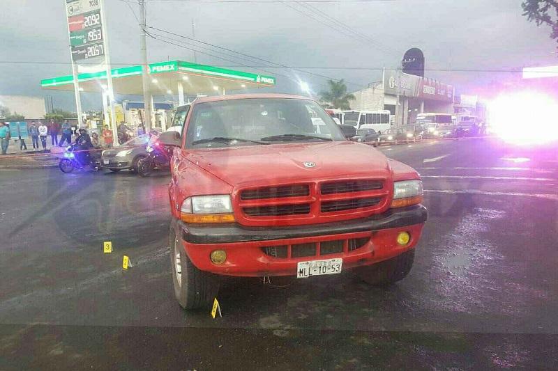 Salió ileso el conductor, identificado como José Adrián H., de 48 años de edad, el cual indicó que sujetos a bordo de una camioneta tipo Lobo se le emparejó y le empezaron a disparar en repetidas ocasiones para posteriormente darse a la fuga