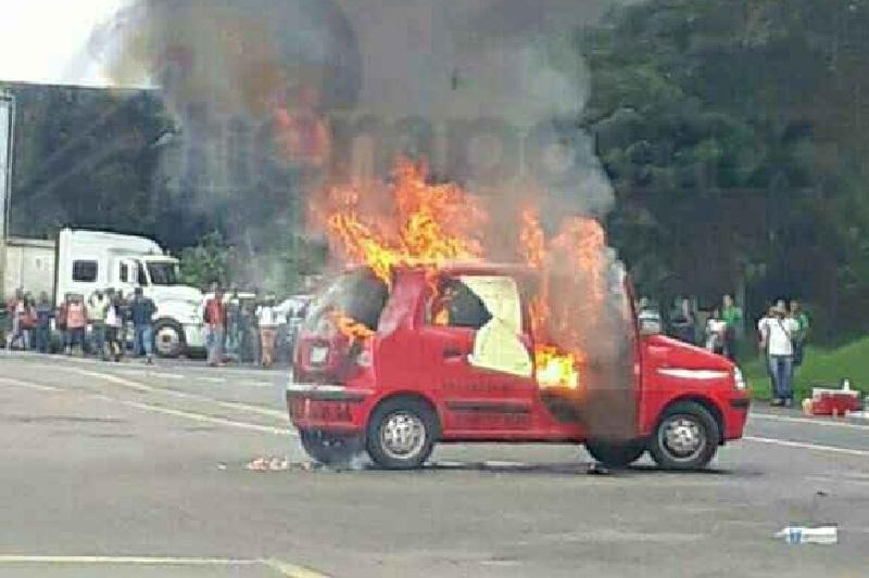 Se espera que en las próximas horas se dialogue con las personas para que liberen la vialidad y no continúen incendiando vehículos