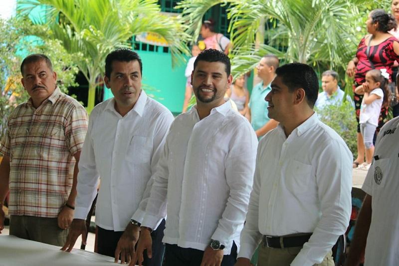 Ocampo Córdova entrega escritorios a escuela primaria; anuncia que instalará tres casas de gestión para atender de manera directa a los ciudadanos de su región
