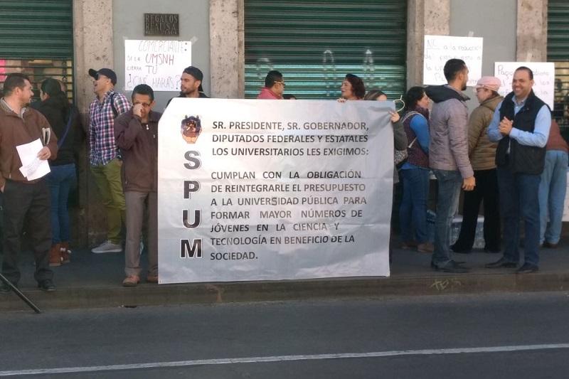 Las manifestaciones de enojo hacia la falta de pago de la primer quincena de octubre comenzaron a intensificarse este martes por parte de los jubilados del SUEUM, quienes salieron a la Avenida Madero por donde caminaron hasta el Congreso del Estado