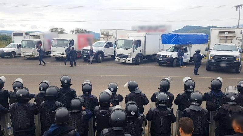 Tras entablar diálogo, se logró que los vehículos que se encontraban en el interior de la institución educativa fueran entregados al personal policial