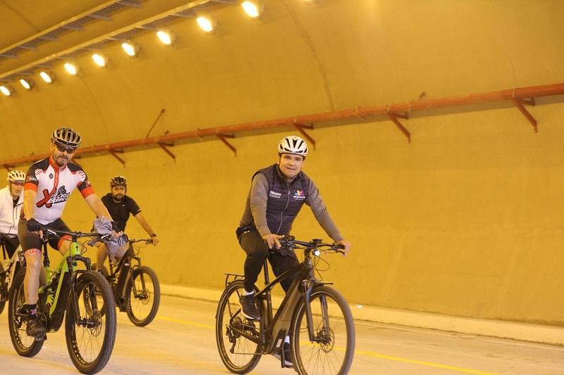 Durante su recorrido por el Ramal Camelinas, el titular del Ejecutivo Estatal saludó y convivió con decenas de ciudadanos que se dieron cita a esta obra para recorrerla a pie, en bicicleta o en compañía de sus mascotas