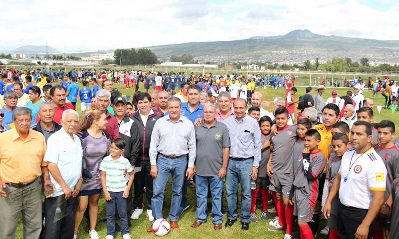 """Raúl Morón inauguró la Liga Municipal de Futbol Amateur Morelia en la Unidad Deportiva """"Cuauhtémoc"""", ante la representación de 546 equipos de diferentes categorías y edades"""