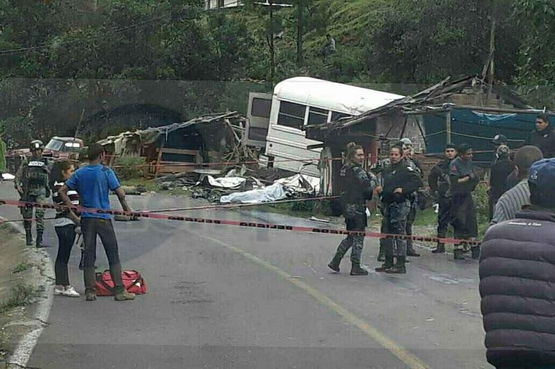 En la ubicación localizaron cuerpos desmembrados, así como prensados en el interior de la unidad, por lo que tuvieron que coordinarse los servicios de emergencias, trasladándose a 20 lesionados a hospitales de Angangueo,  Zitácuaro y Ciudad Hidalgo