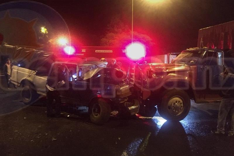 Ambas unidades se impactaron, llevando la peor parte la camioneta, quedando el chofer prensado entre los fierros retorcidos