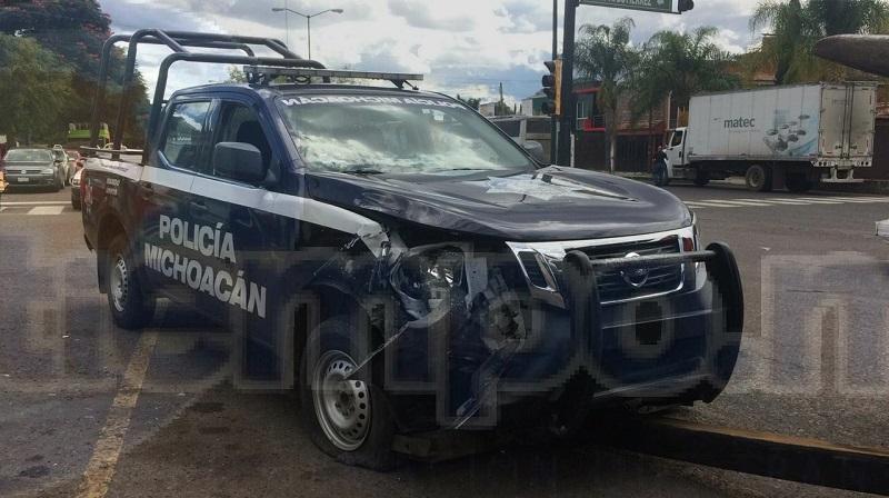 En un momento determinado una unidad de la Policía Michoacán se impactó por alcance contra el vehículo compacto provocando que dos mujeres y dos menores resultaran lesionados