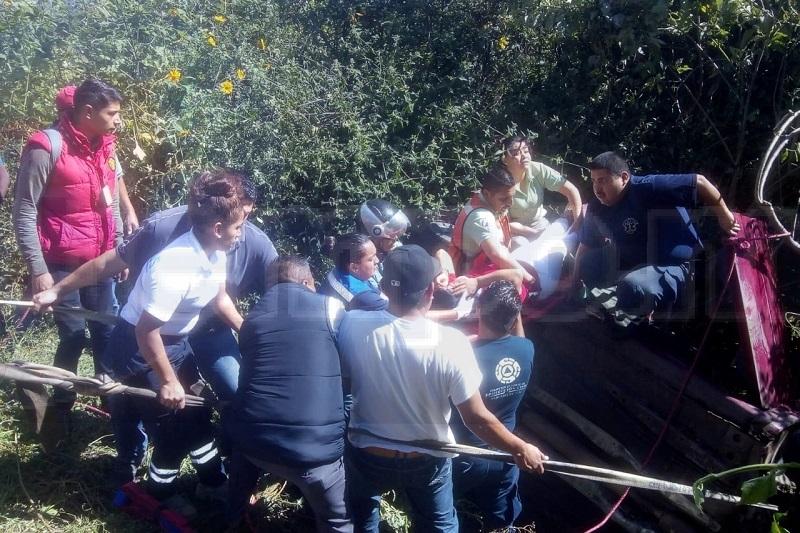 El auto quedó afuera de la cinta asfáltica en un desnivel de aproximadamente 4 metros y en su interior la conductora atrapada, por lo que entre bomberos y paramédicos la rescataron