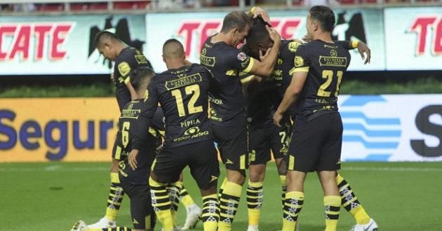 En el estadio de las Chivas, el Morelia se impuso con un autogol de Fernando Beltrán (m.50) y el gol de Vegas, mientras por el Guadalajara del entrenador paraguayo José Saturnino Cardozo anotó Ángel Zaldívar (m.5)