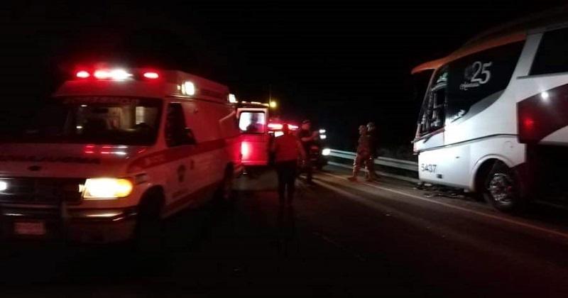 El incidente ocurrió aproximadamente a las 19:00 horas cuando circulaba un autobús de la línea Parhíkuni, colores oficiales y con número económico 5437, sobre dicha autopista con dirección a la capital del estado