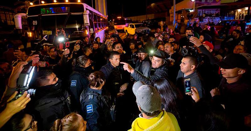 Algunos manifestantes señalaron que la presencia de los migrantes en la vía pública representa un riesgo a la seguridad e incluso sanitario pues acusaron que hacen sus necesidades fisiológicas en la vía pública