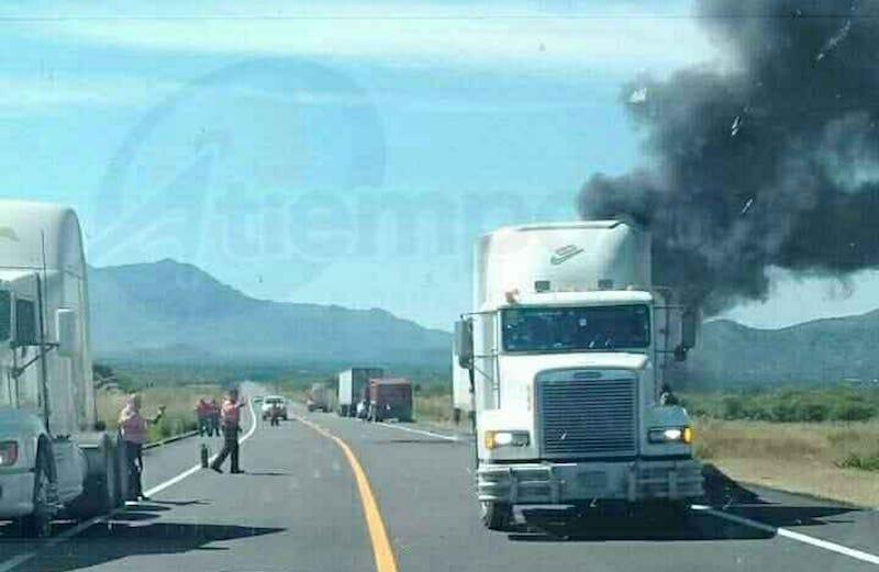 Automovilistas que se percataron de lo ocurrido se bajaron de sus vehículos con extintores para tratar de apagar el fuego que inició en la caja del tráiler, mientras llegaban las unidades de Bomberos