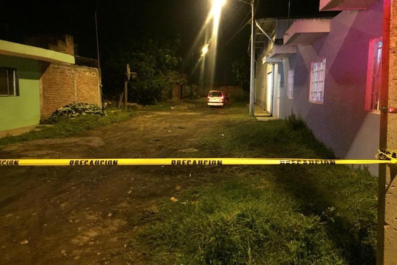 Al respecto se informó que a eso de las 22:30 horas, sobre la calle Benito Juárez, de la colonia La Antorcha circulaba un taxista de la línea en mención cuando se le emparejaron sujetos desconocidos y comenzaron a dispararle