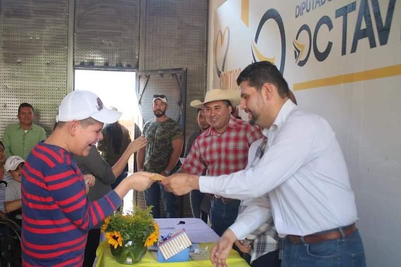 En su casa de gestión y enlace legislativo ubicada en el municipio de Tuzantla, el diputado local refrendó su compromiso de apoyar en todo momento a la población del Distrito de Huetamo