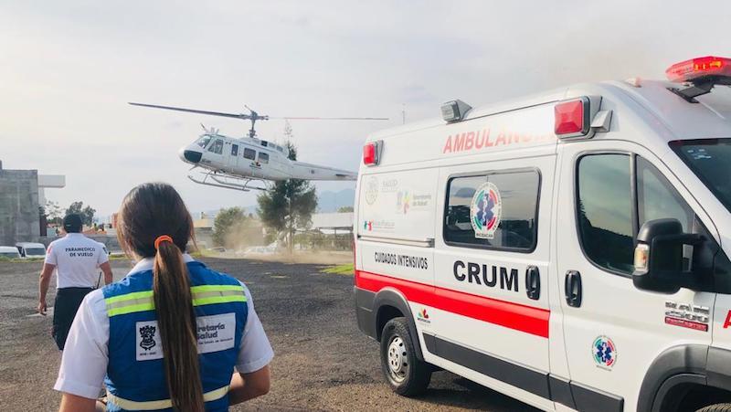 Durante el trayecto, paramédicos del CRUM, brindaron los cuidados prehospitalarios a la mujer