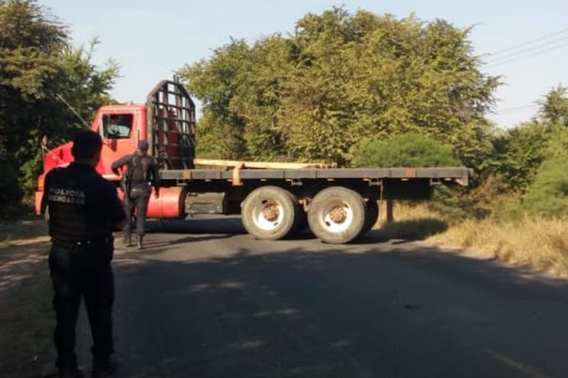 La Policía Michoacán mantiene el operativo de vigilancia y trabaja por la vía pacífica, para liberar el tramo San Juan de los Plátanos-Santa Ana Amatlán