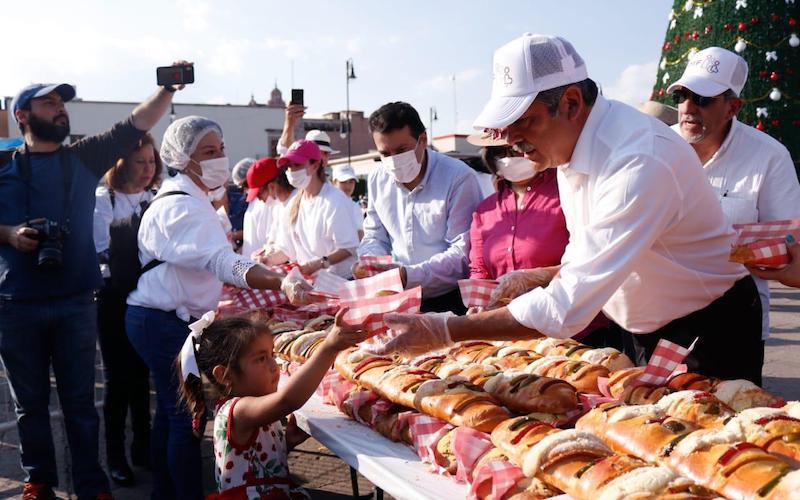 Cerca de 12 mil piezas de pan fueron repartidas y más de mil litros de leche Liconsa