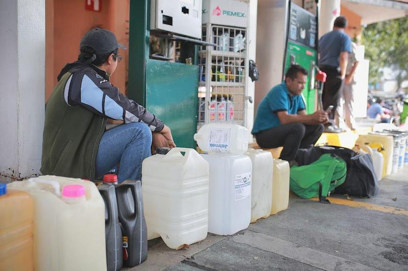 Por el desabasto de gasolina se han suscitado compras de pánico de gasolina, incluso en recipientes no aptos para el transporte y resguardo del líquido