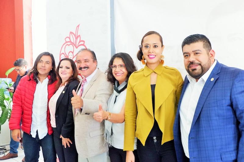 El Coordinador de Presidentes Municipales michoacanos emanados de MORENA, Víctor Báez Ceja; el Vicecoordinador Raúl Morón Orozco, y el anfitrión Martín Samaguey, coincidieron en que la nueva forma de gobierno exige a los servidores públicos a trabajar desde la unidad y la coadyuvancia