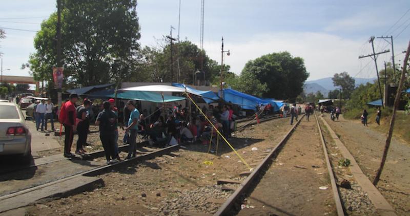 Docentes de la Sección 18 de la CNTE, en Michoacán, bloquean desde el pasado 14 de enero vías ferroviarias, por lo que hasta el momento se se registran pérdidas de más de 7 mil mdp, así como 108 carros-tanques con combustóleo detenidos.