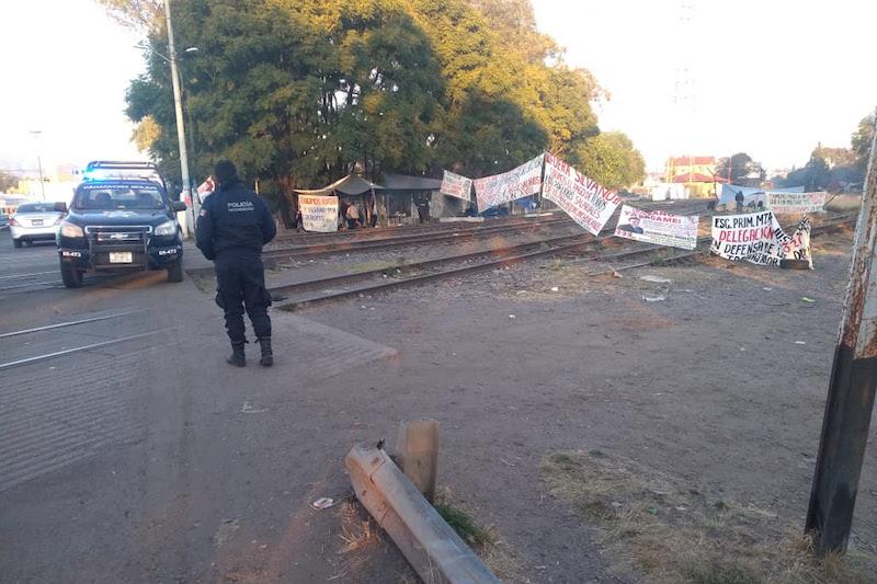 Hay presencia de elementos en las vías del tren ubicadas en La Piedad, Yurécuaro, Caltzontzin, Pátzcuaro, Guacamayas, Maravatío y Nueva Italia, donde grupos de docentes bloquean el paso del ferrocarril