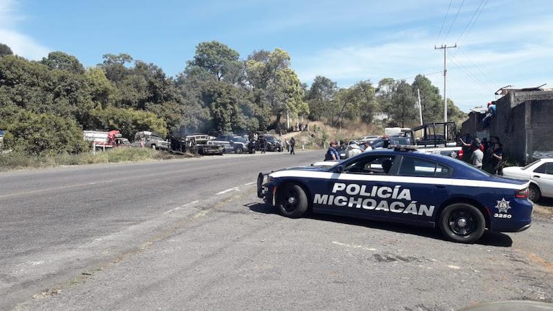 En la zona, se retiraron de la carretera ocho camionetas de transporte de madera, una de ella incendiada