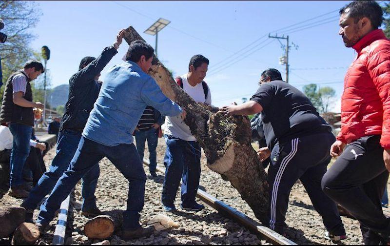 Además de las tres tomas en las vías férreas que se registran, maestros mantienen el campamento afuera de Palacio de Gobierno y la toma de Ayuntamientos y Oficinas de Rentas
