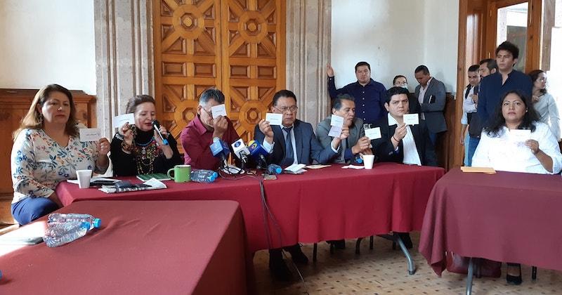 Aunque dijeron estar seguros de haber sumado 14 y no 11 votos, los diputados del Morena mostraron sólo 12 cédulas con el nombre de Adrián López Solís