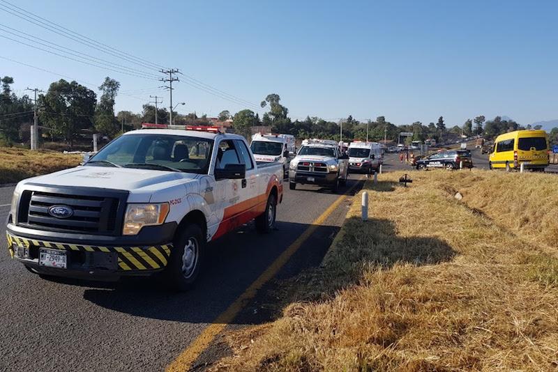 En el percance, se reportaron cinco heridos, de los cuales uno falleció en el momento del accidente y los otros cuatro fueron atendidos por personal del CRUM y trasladados a la capital michoacana para su atención médica