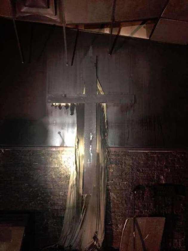 cuando los bomberos sofocaron las llamas, se quedaron asombrados con los únicos sobrevivientes: las Biblias y las cruces
