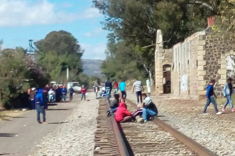 El hecho ha ocasionado la interrupción de las corridas ferroviarias de y hacia el Puerto de Lázaro Cárdenas.