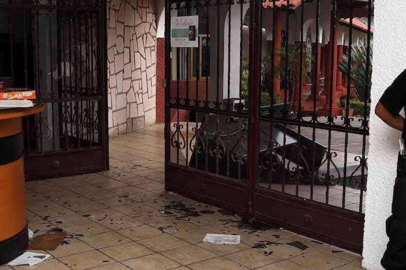 De acuerdo con testigos de los hechos, los vándalos eran simpatizantes del alcalde David Otlica, entre los cuales hay algunos que han ostentado cargos como jefes de Tenencia y comisariados ejidales, además de integrantes de la CNTE
