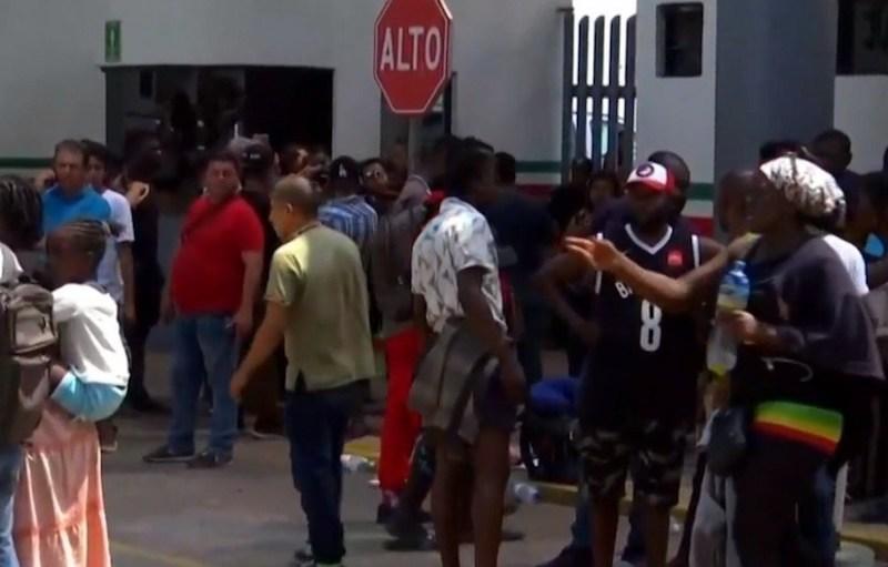 """Los migrantes, la mayoría provenientes de Camerún, se inconformaron cuando el personal de seguridad de la estación migratoria """"Siglo XXI"""" en Tapachula, intentó impedir que una mujer africana hablara con su esposo"""