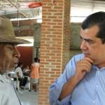 El diputado del PRD se reunió con regidores y habitantes del municipio, quienes denunciaron la falta de medicamentos en el Hospital Regional