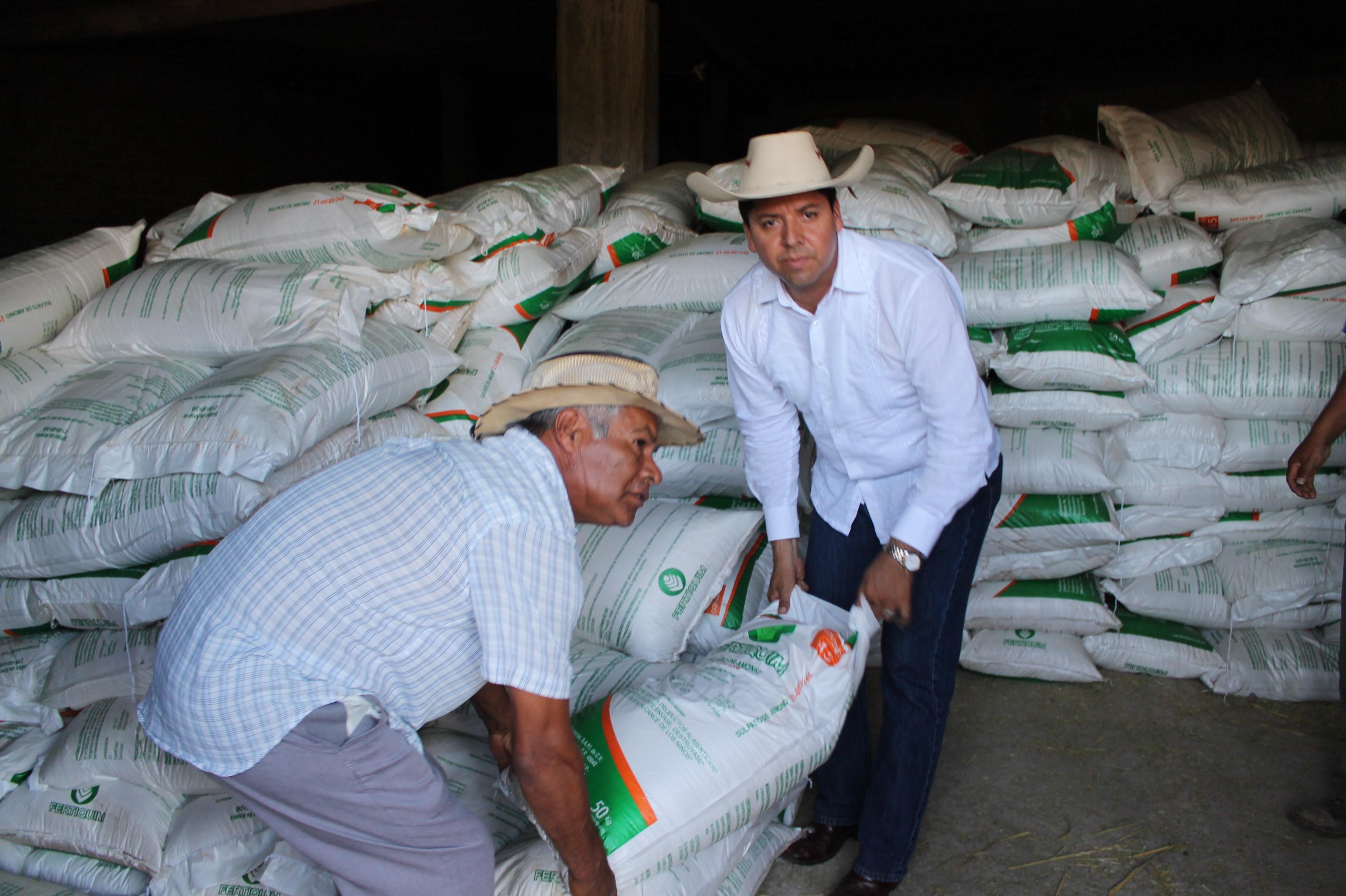 Durante una entrega de apoyos, aseguró el diputado federal del PRD que los agricultores están abandonados y requieren semillas mejoradas y fertilizantes para reactivar sus tierras