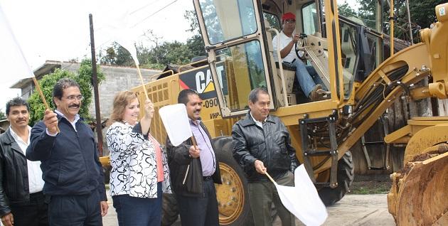 En representación del Gobierno de Michoacán, asistió a la gira de arranque de obras el director general del COBAEM, Magaña Juárez