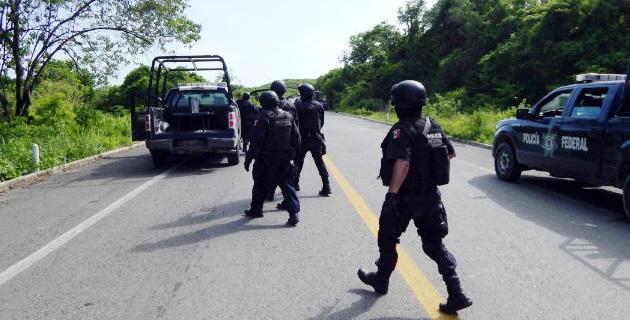 También se informa de un bloqueo en el tramo carretero Lázaro Cárdenas-Colima, a la altura de la comunidad de Maruata, donde hay incendiados un par de vehículos
