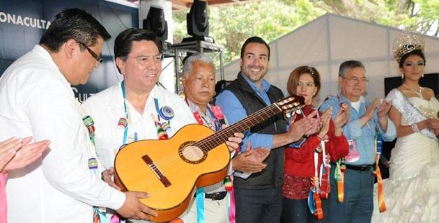 El mandatario estatal conminó en Paracho a disfrutar vivir de las fiestas conjugándolas con el esfuerzo diario para tener un mejor Michoacán