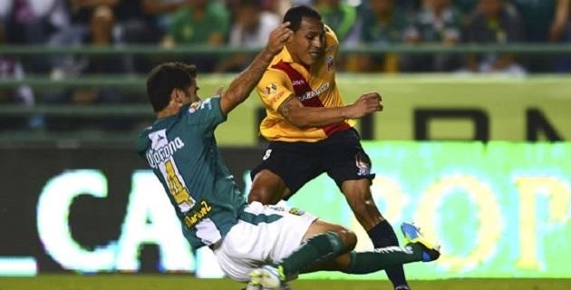 Ante el agobio de los Esmeraldas, los de Morelia tuvieron oportunidades claras sólo hasta los últimos 15 minutos del partido