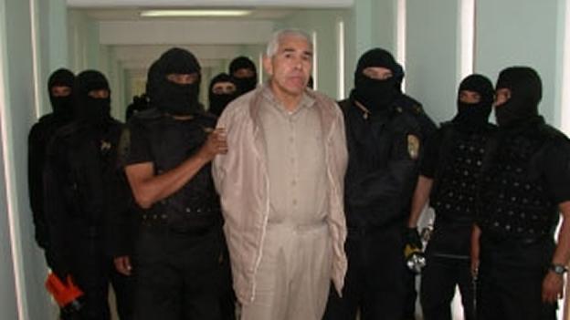 El Primer Tribunal Colegiado amparó a Caro Quintero y ordenó al Segundo Tribunal Unitario sobreseer las causas penales y absolverlo de diversos delitos