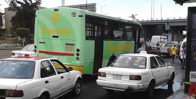 Pese a los esfuerzos del Ayuntamiento de Morelia por mejorar la cultura vial de transportistas y usuarios, aún no hay respuesta positiva ni de los unos ni de los otros