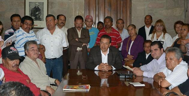 El salón de juntas de la Secretaría del Ayuntamiento resultó insuficiente para la cantidad de comerciantes de la CNOP liderados por Fernando Martínez