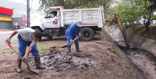 Hasta altas horas de la noche personal del OOAPAS estuvo retirando de los drenes y alcantarillas desde ramas de árboles hasta llantas, envases y plásticos diversos desechos que provocan taponamientos