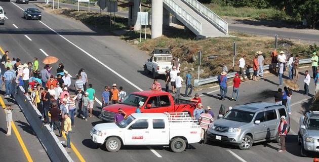 De acuerdo con los primeros reportes el bloqueo comenzó a las 10:45 horas y en la zona se registra tensión entre la población